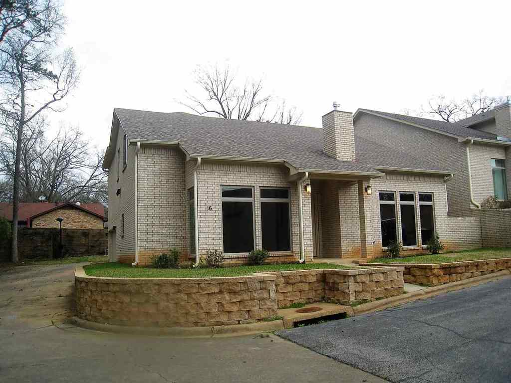 Photo of home for sale at 16 Palisades Blvd, Longview TX