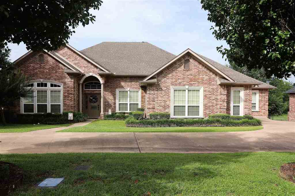 Photo of home for sale at 3115 Fairway Oaks Lane, Longview TX